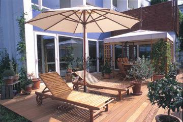 tterrasse en bois exotique avec chaises longues et parasol