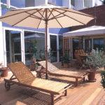 relaxation sur terrasse en bois exotique parasol
