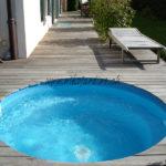 petite piscine ronde avec terrasse en lames bois exotique ipé