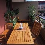 terrasse sur balcon en lames ipé avec mobilier en teck