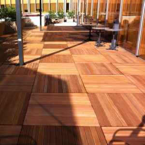 terrasse de restaurent en bois exotique dalles 100x100